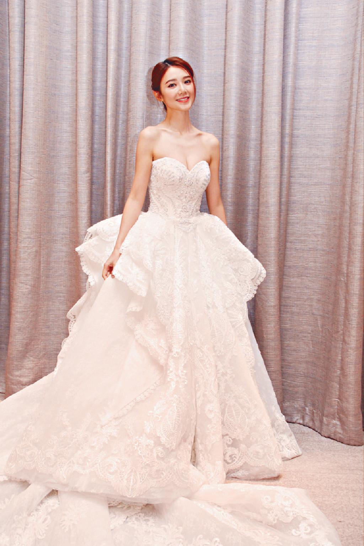 預演婚禮 ■Elva當日穿上Dorian設計的婚紗時,坦言好期待大婚日子。她透露出嫁婚紗是簡單露背款式,因怕走光不會挑戰大deep V了。