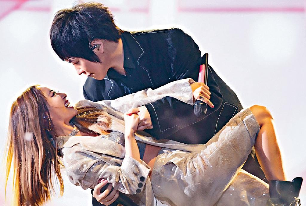 ■阿信與蔡依林甜蜜共舞。