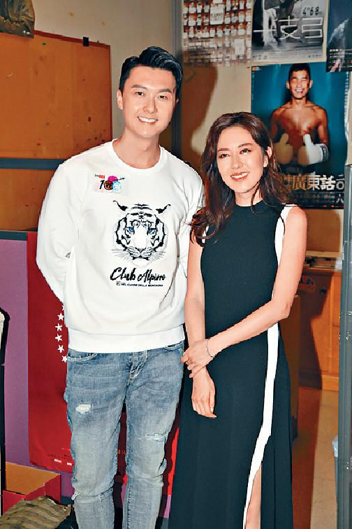 ■王浩信和唐詩詠到電台接受訪問。
