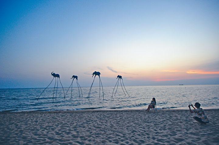 沙灘上有多件藝術品,屬於酒店Beach Club的裝飾,是極具人氣的打卡好去處。