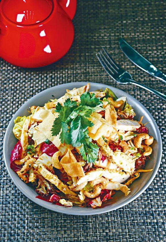 亞洲辣雞胸沙律,雞胸肉以薑、蒜頭等醃製後慢煮,然後與脆雲吞皮、白蘿蔔絲、子薑、雜錦沙律菜、薑醋汁混合,酸香醒胃。