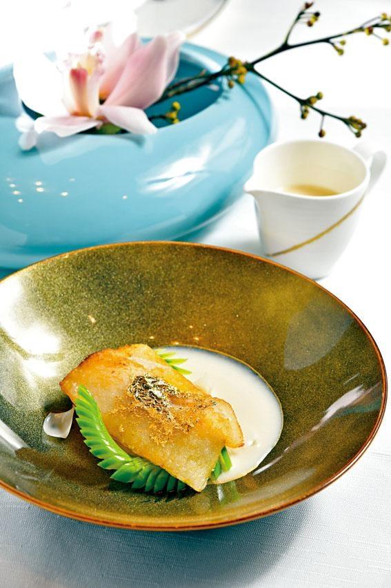杏汁濃湯煎花膠,印度鱸魚膠先浸後煎,吃來外脆內軟糯,配上了雞湯煮成的杏仁汁及鮮百合,愈嚼愈香。