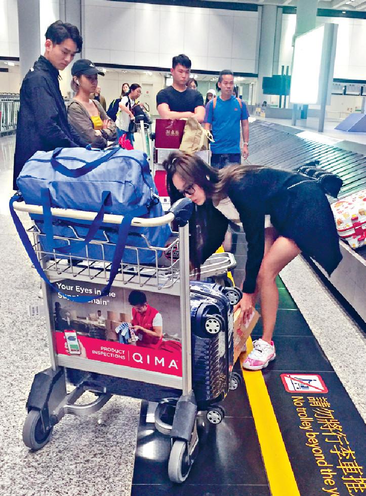 ■一個女仔搬咁多行李,難怪身邊位男旅客都望望思霆。