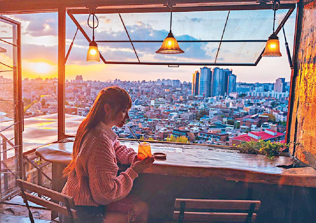 ■她在首爾塔下的咖啡廳一邊歎特飲一邊欣賞首爾景色。