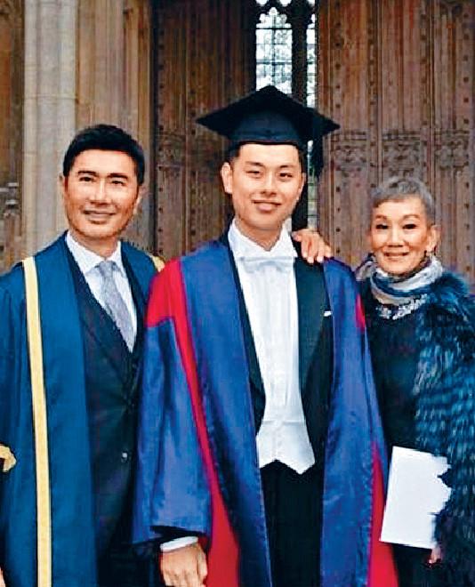 ■日前利蘊珍與老公雷禮權到英國出席兒子雷正揚的畢業禮。網上圖片