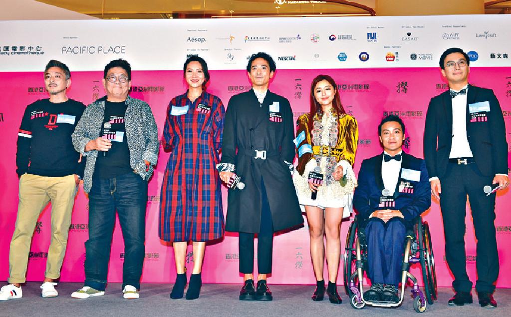 ■日前兩人跟故事主人翁兼監製黎志偉(右二)及導演梁國斌(右)等,出席「香港亞洲電影節」首映禮。