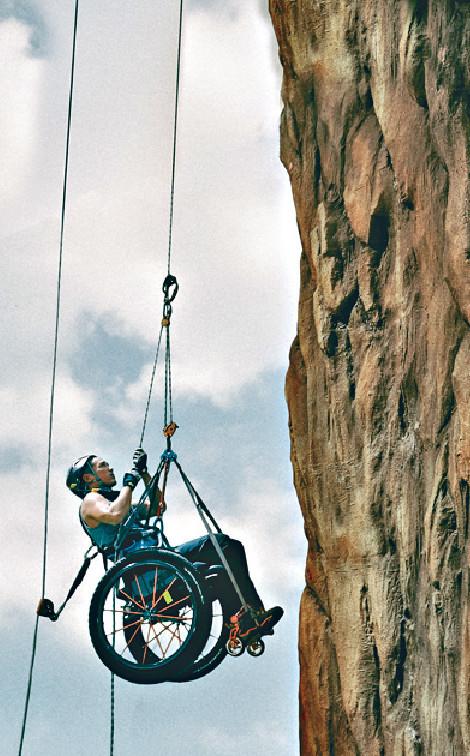 ■Alex拍攝爬山戲份相當考體力,特別這場扮爬獅子山,全程要吊在半空演出。