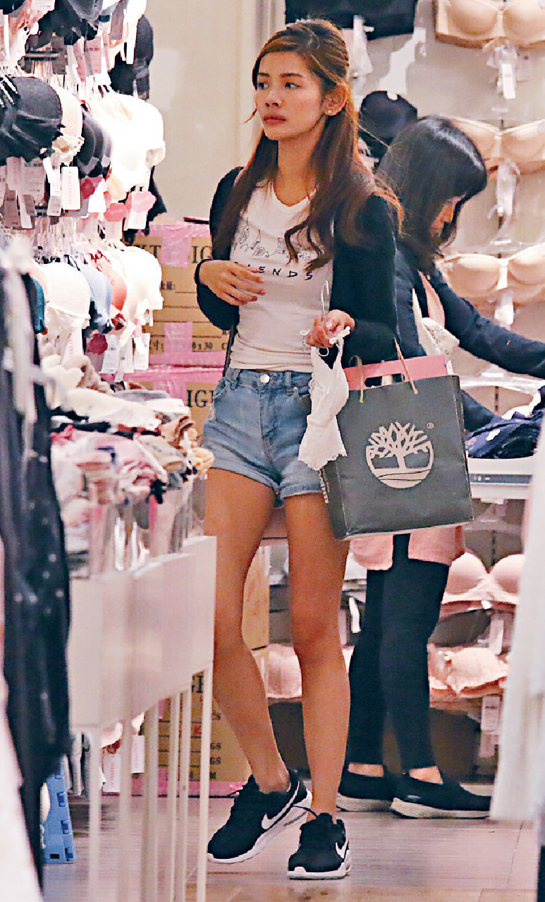 ■陳熙蕊揀好背心款式便拿入更衣室試。