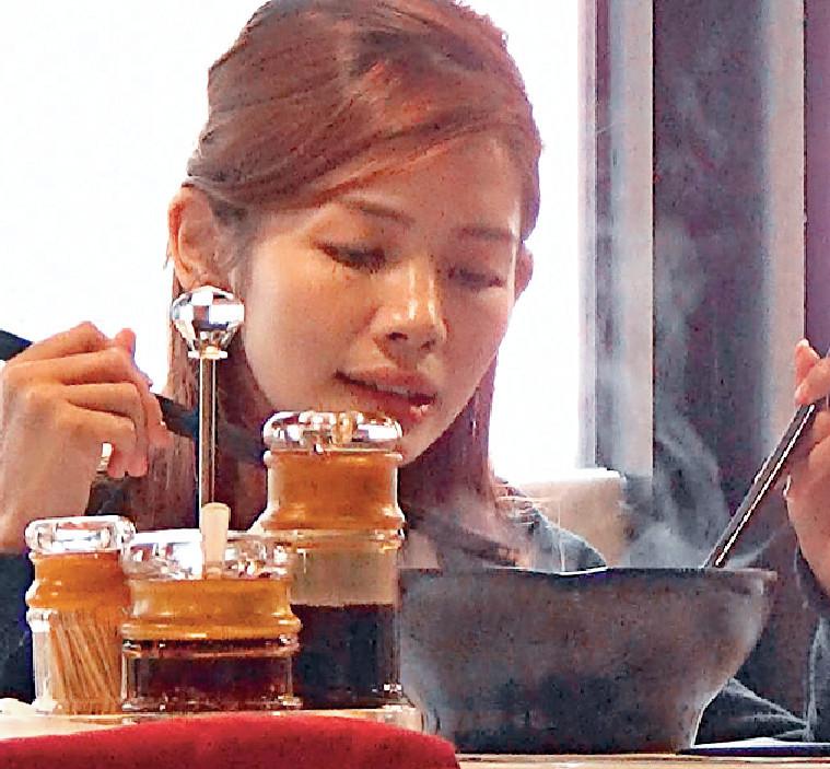 ■陳熙蕊獨自食酸辣粉醫肚。