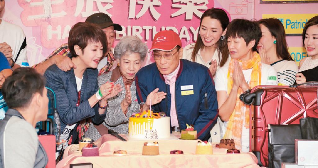 ■譚炳文和羅蘭等出席生日派對。