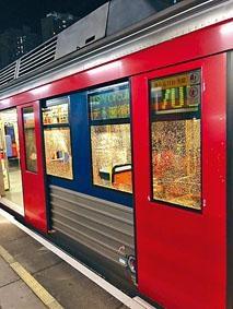 ■一列沒載客輕鐵在天恒站遭大肆毀壞。