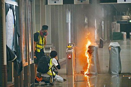 ■將軍澳港鐵站遭黑衣人破壞及縱火。