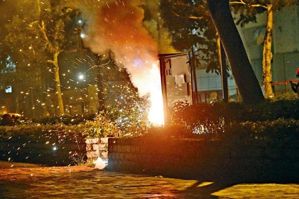 ■將軍澳尚德廣場外有人焚燒一個變電箱,火勢猛烈。