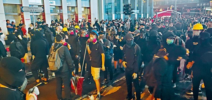 ■大批黑衣人走出彌敦道行車綫堵路及進行破壞。