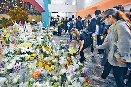 ■市民獻花擺滿拜祭區。