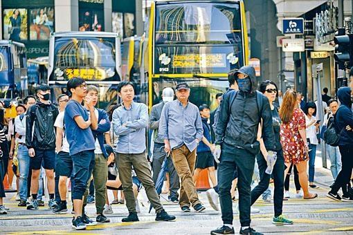 ■周梓樂死訊傳出後有大批市民在中環堵路。