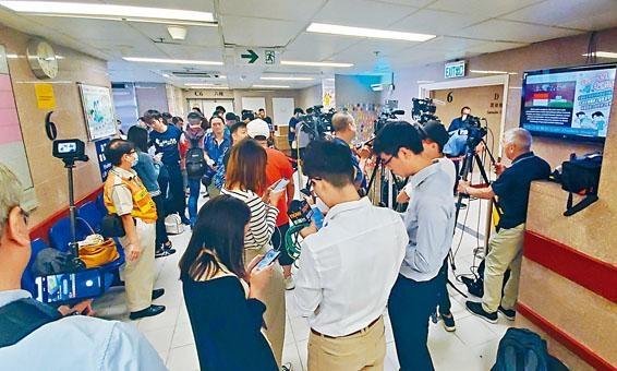 ■科大學生代表及傳媒在醫院等候。