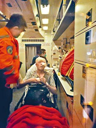 ■涉破壞的士的「灰衫男」頭部受傷送院。