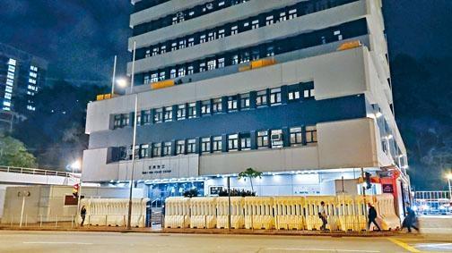 ■荃灣警署自早前受襲後,門外一直擺放高身水馬陣防禦。