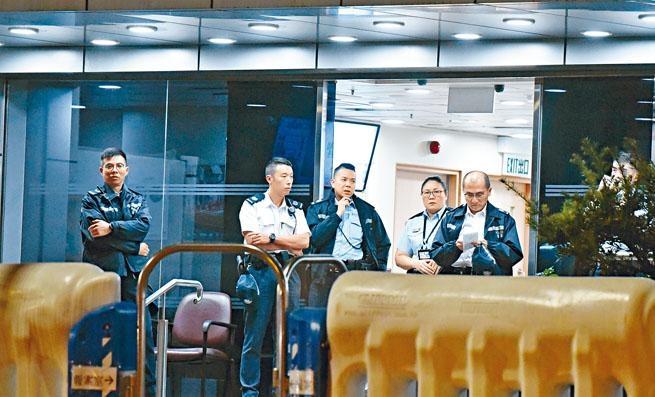 ■荃灣警署昨夜高度戒備,可見警署內裝設不少閉路電視鏡頭。