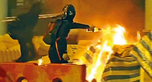 ■黑衣人在屯門燒雜物時,再淋易燃液體,令火勢加猛。
