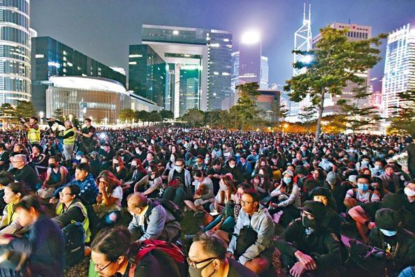 ■大批市民昨夜到添馬公園參加周同學離世悼念集會。