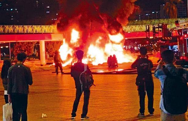 ■在添馬公園舉行悼念科大生周梓樂離世的集會舉行期間,有黑衣人在屯門快閃縱火。