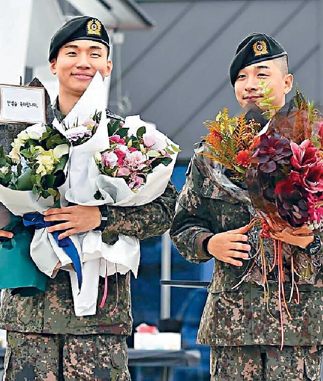 ■兩人獲粉絲送上鮮花祝賀。