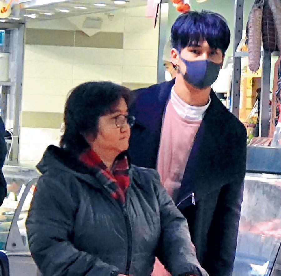 ■戴住口罩嘅譚永浩好認真陪阿媽買餸。