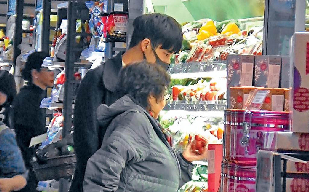■譚永浩幫阿媽揀番茄。