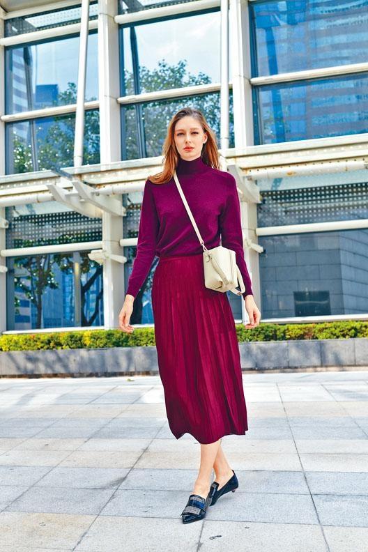 酒紅色Baby Cashmere樽領針織上衣\$5,995、酒紅色百褶Rayon Skirt\$4,395、格紋Mocassino Shoes\$3,995、白色皮革Alisea Bag\$4,995。