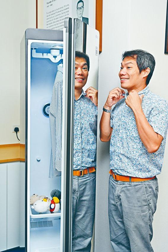 外形如衣櫃的智能衣物護理機,機身以鏡面設計,可當作全身鏡使用。