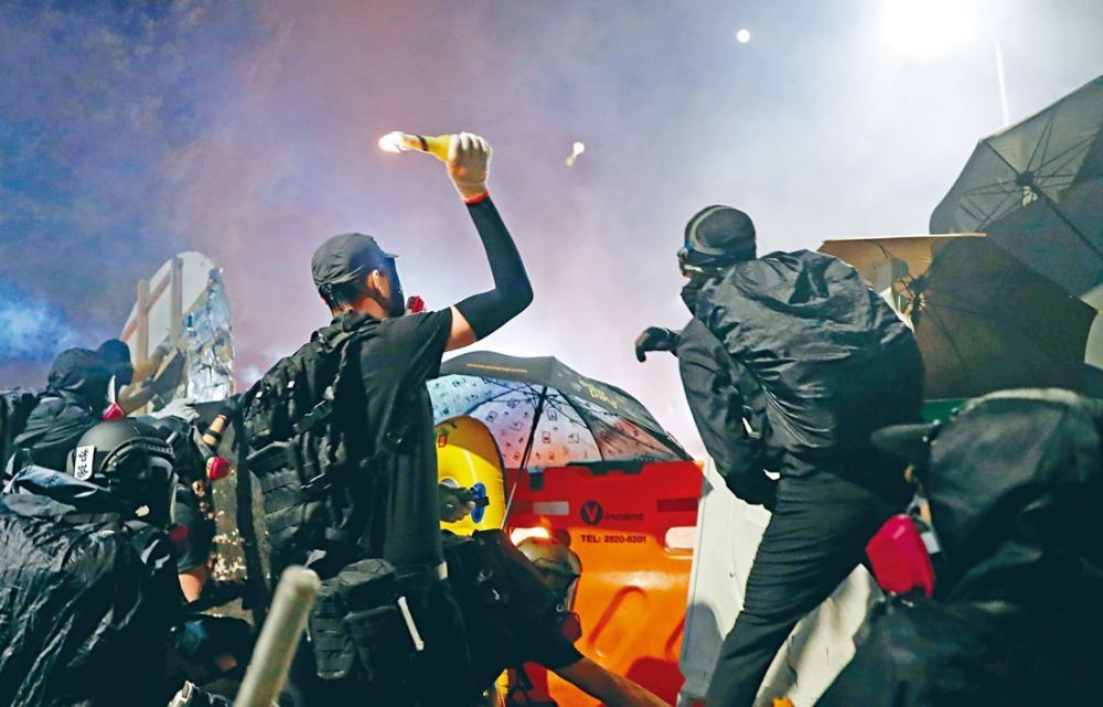 大批黑衣人與警方對峙期間,不斷向警員投擲汽油彈。