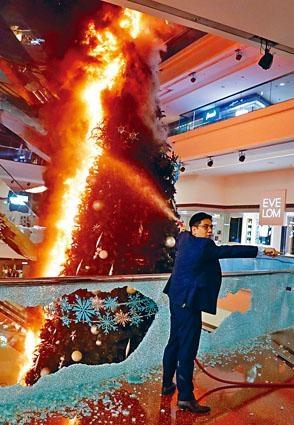 又一城商場聖誕樹被擲汽油彈縱火,火勢猛烈,職員拖喉撲救。