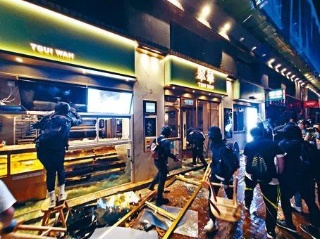 一批黑衣人打砸砵蘭街一家餐廳。