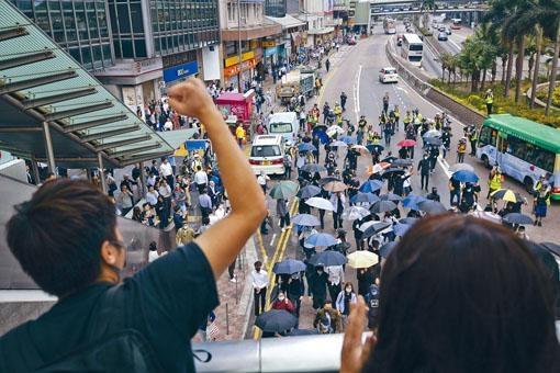 大批白領示威者在中環「和你Lunch」,佔據干諾道中。