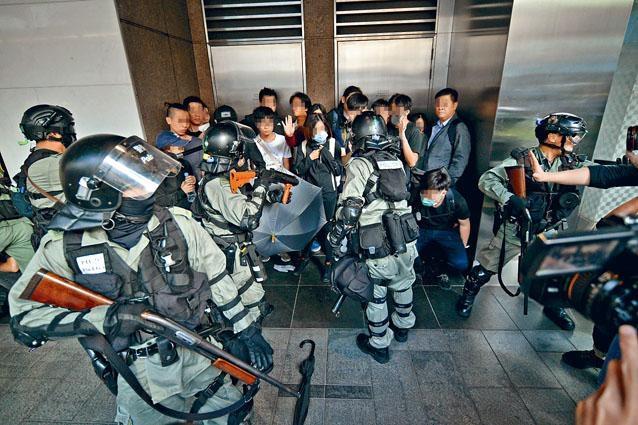 一批學生等在中環佔據行車綫,被防暴警包圍。
