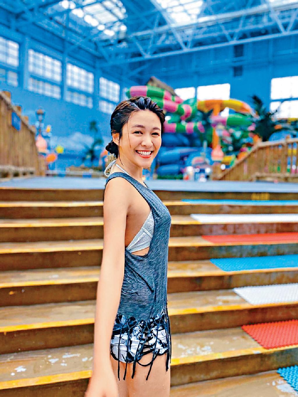 ■江嘉敏認為玩水上game衝嚟衝去好刺激,所以堅持在泳衣外面着背心仔。