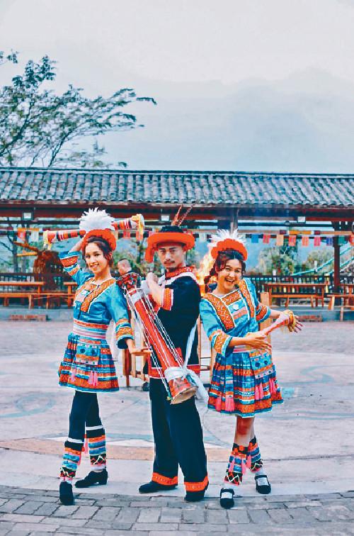 ■江嘉敏跟楊潮凱、傅嘉莉着上民族服裝演出。