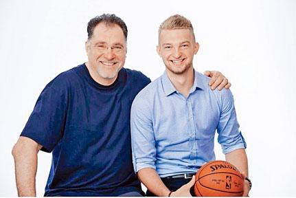 D沙邦尼斯(右)完美繼承父親的籃底威力。