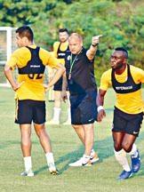 教練麥柏倫(中)要求三綫球員必須敢於起腳。