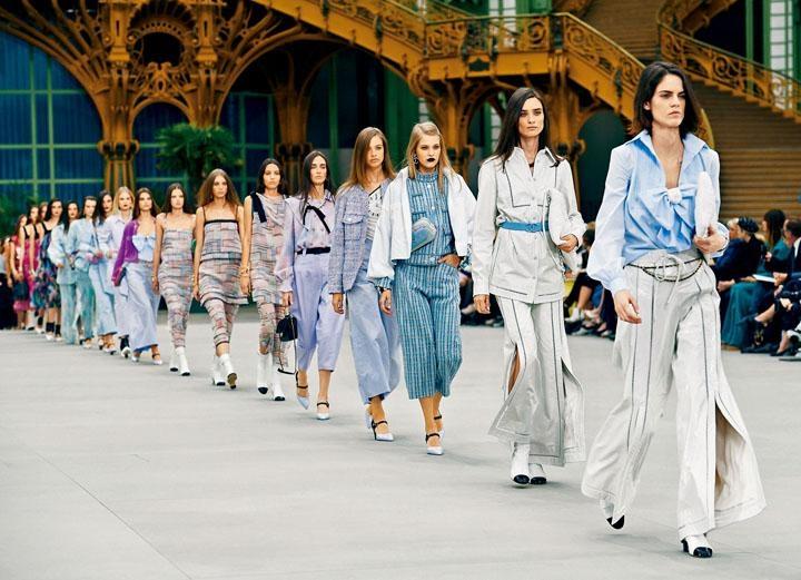 Cruise Collection的花生騷繼續以巴黎大皇宮作為騷場,並將場地設計成火車站月台般,觀眾席兩旁鋪設了路軌。