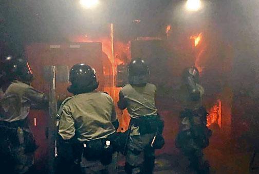 天水圍警署被封門擲汽油彈縱火,署內防暴警被困,奮勇撲救。