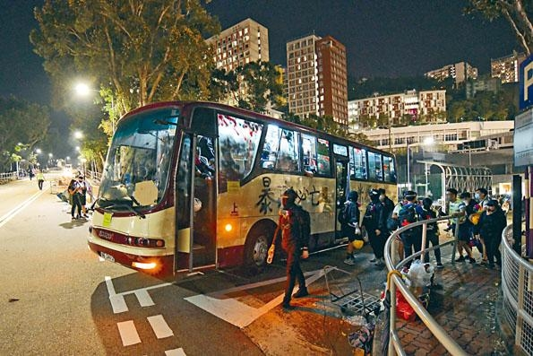 有不名知黑衣人主動駕駛校巴,接送學生「上山」。