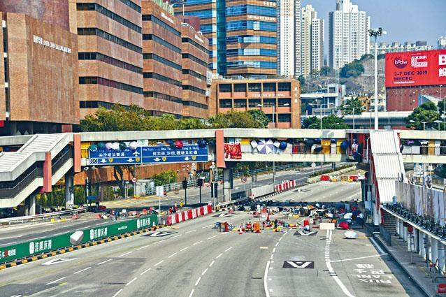 示威者續堵塞全港多條主要幹道,紅隧九龍入口近理大位置,有示威者在天橋擲雜物堵路。