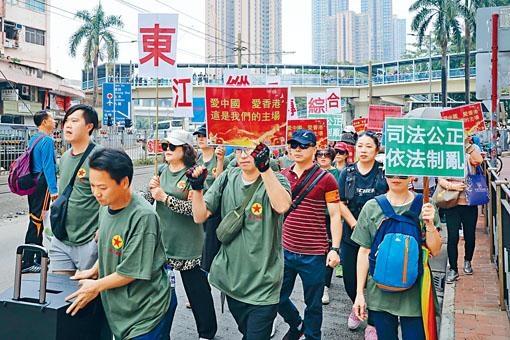 「東江縱隊承傳綜合會」成員昨在元朗舉行「撐警遊行」。