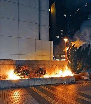 沙田裁判法院外,前晚疑遭示威者縱火 。