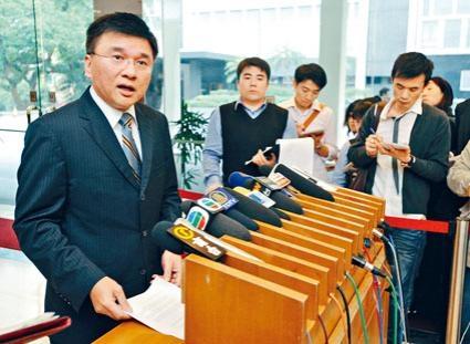 早在約十年前,時任財經事務及庫務局局長陳家強(左)已表示,港交所將因應推行證券無紙化而進行收費檢討。
