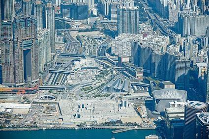 西九龍高鐵站上蓋商業地王(箭嘴示)估值跌約15%,每呎樓面1.7萬至2.2萬。