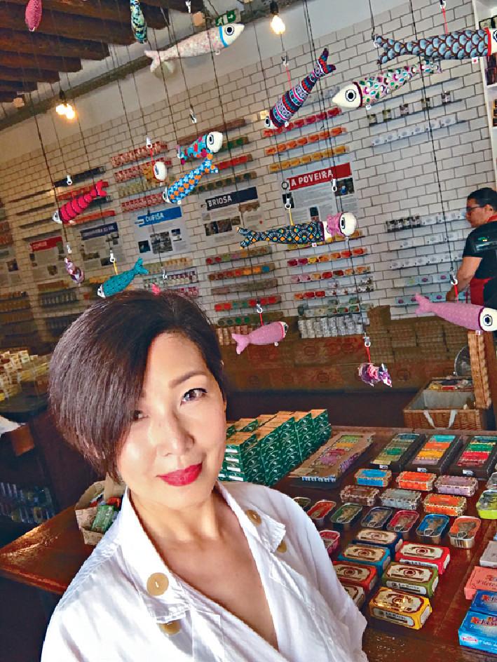 ■參觀傳統罐頭魚廠,芷珊自爆同工作人員狂掃貨,「因為當地買嘅罐頭啲魚真係比出口肥美啲,同埋喺廠買會平啲。」